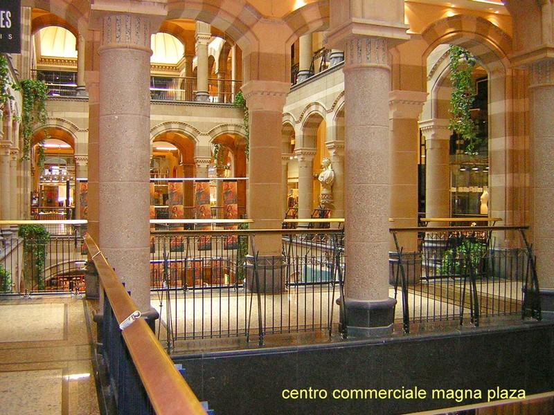 Al centro comerciale in minigonna e autoreggenti nere - 5 6